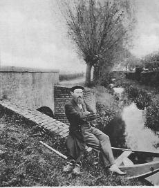 Emanuel Felke sitzt auf Mauer am Wasser