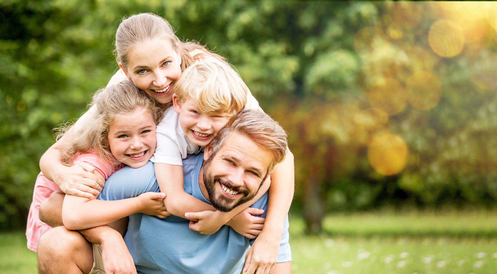 Fröhliche junge Familie mit zwei Kindern