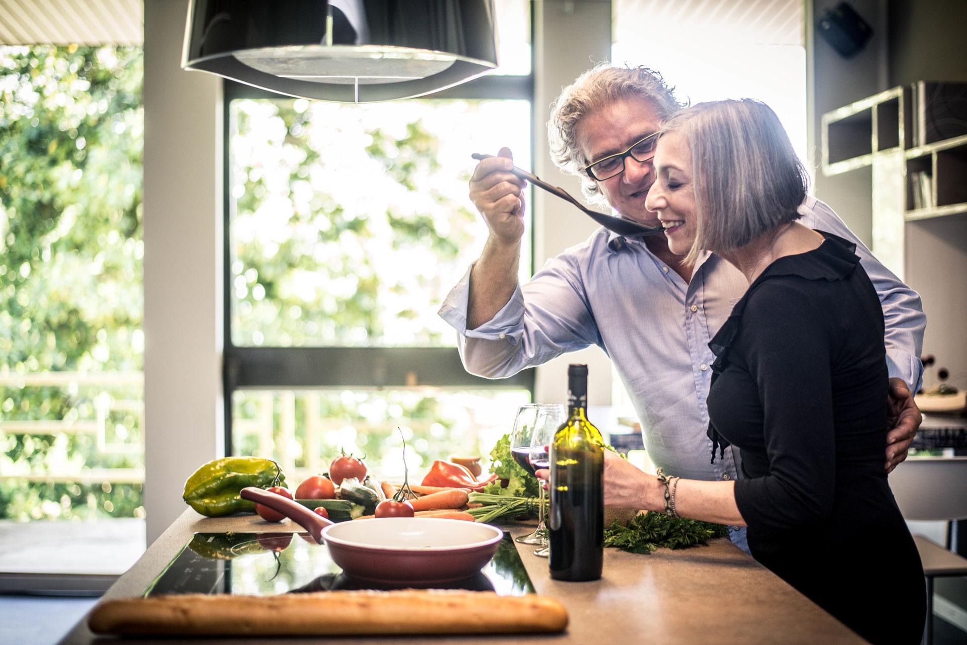 Zufriedens Ehepaar ohne Kinder beim Kochen